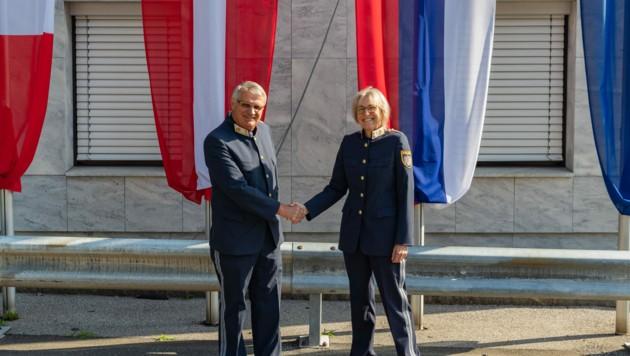 Der pensionierte Kontrollinspektor Bernhard Lora mit der neuen Kommandantin Kontrollinspektorin Elke Struckl. (Bild: Landespolizeidirektion Kärnten)