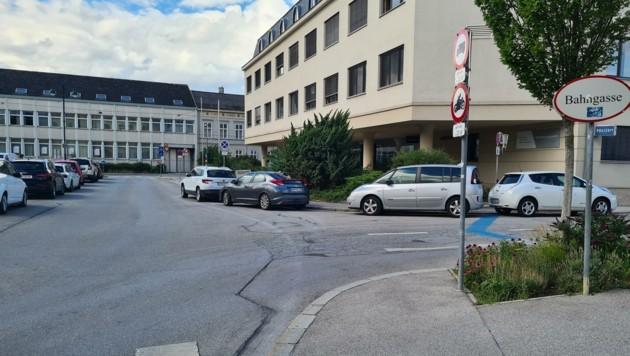 Parken vor dem Bezirksgericht in Baden nimmt immer chaotischere Züge an. Ein Umbau soll nun helfen. (Bild: 2021psb/zVg)