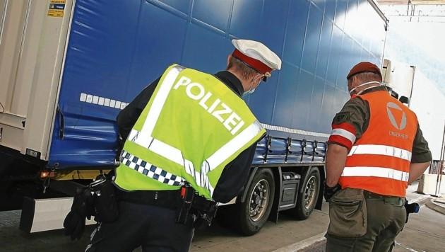 Die Kärntner Polizei wird an den Grenzen auch weiterhin vom Bundesheer unterstützt (Bild: Evelyn Hronek Kamerawerk)