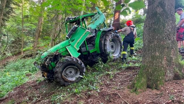 Die Bergung des abgestürzten Traktors war schwierig (Bild: FF Scharnstein)