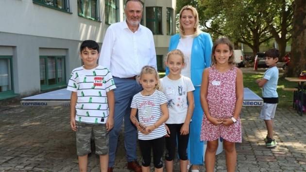 Landeshauptmann Hans Peter Doskozil und Landesrätin Daniela Winkler waren beim Camp-Start in Pinkafeld dabei und wünschten den Kids viel Spaß. (Bild: Schulter Christian)