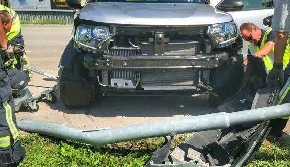 Das Unfallauto hatte den Laternenmast völlig umgeknickt (Bild: Feuerwehr Leopoldsdorf)