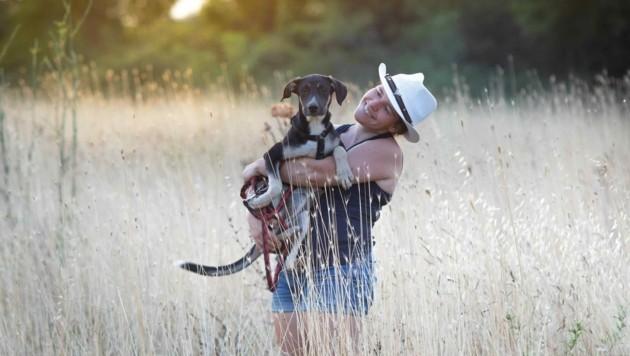 Diese Frau hat ein großes Herz für Hunde! (Bild: Sarah Fink)