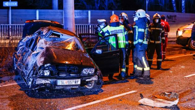 Das Fahrzeugwrack nach dem tragischen Verkehrsunfall in der Vogelweiderstraße in Salzburg (Bild: Markus Tschepp)