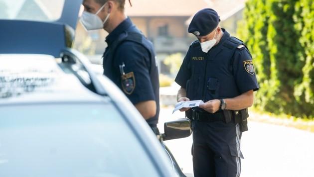 Polizeibeamte kontrollierten am Mittwoch bereits bei der Ausreise aus der Gemeinde Oberlienz. (Bild: Brunner Images)