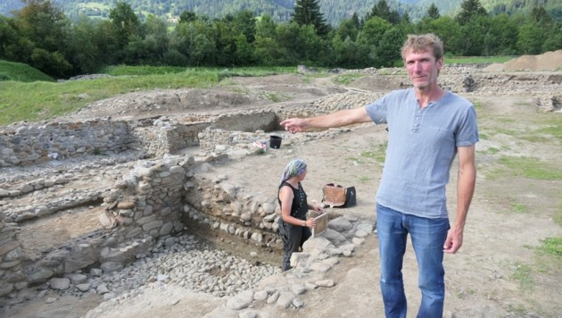 Grabungsleiter Martin Auer zeigt sich erstaunt, auf welche Funde sein Team gestoßen ist. (Bild: Martin Oberbichler)