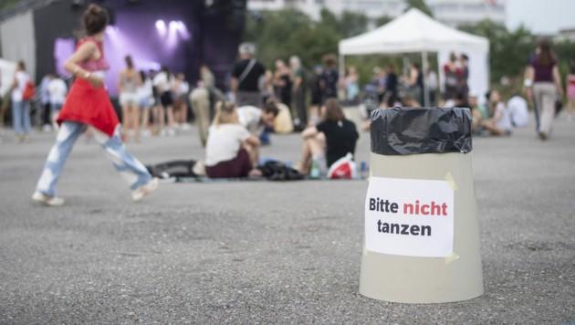 """""""Bitte nicht tanzen"""", steht auf einem Mistkübel in Zürich - die Corona-Regeln in der Schweiz bleiben aufrecht, dennoch geht es in eine Lockerungsphase. (Bild: APA/KEYSTONE/ENNIO LEANZA)"""