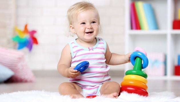 Dieses Mädchen hat altersgemäßes Spielzeug in der Hand. Es sollte nicht zu klein sein. (Bild: 5second/stock.adobe.com)