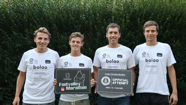 Starten den Weltrekordversuch: Klemens und Jakob Hofmann-Wellenhof, Lorenz Saurugger, Daniel Neuhold (v. li.). (Bild: Footvolley Austria)