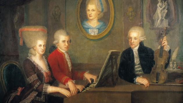 Leopold Mozart mit seinen Kindern Wolfgang und Nannerl am Klavier, das Portrait der verstorbenen Mutter an der Wand. Gemälde von Johann Nepomuk Della Croce. 1780/81 (Bild: IMAGNO/Austrian Archives)