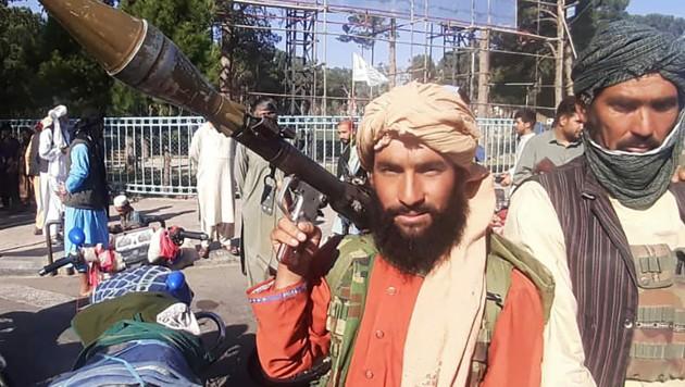 Kämpfer der Taliban mit einem Granatwerfer in der Stadt Herat (Bild: APA/AFP)