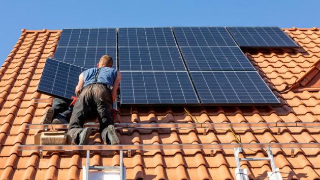 Mehr als 3000 Paneele wurden innerhalb von drei Monaten auf privaten Dächern im Burgenland installiert. (Bild: stock.adobe.com)