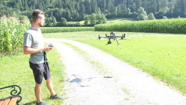 Dominic Rindler fliegt mit der Drohne in den kommenden Wochen befallene Wälder im Iseltal ab (Bild: Martin Oberbichler)
