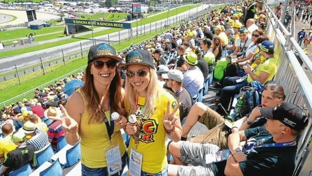 Viele der Fans tragen das Rossi-Gelb. (Bild: Sepp Pail)
