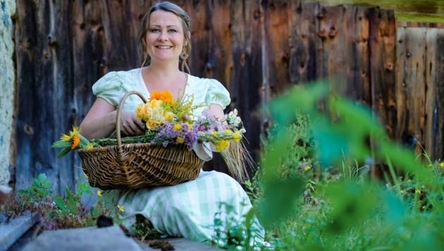 Doris Kern mit Blumen und Wiesenkräutern (Bild: Einöder Horst)
