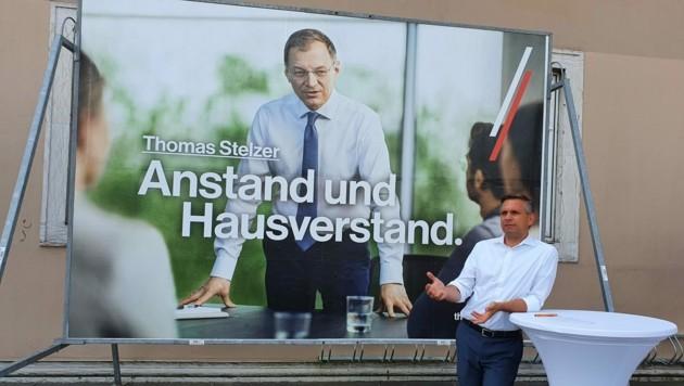 ÖVP-Wahlkampfmanager Hattmannsdorfer mit Plakat 2021 (Bild: Werner Pöchinger)