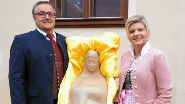 Bürgermeisterin Silvia Riedl-Weixlbraun und ihr Vize Werner Scheidl mit der Marienstatue. (Bild: Gabriele Moser)