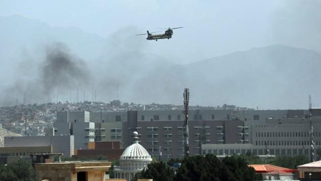 Ein US-Helikopter fliegt über Kabul: Während Taliban-Kämpfer in die Stadt eindringen, laufen die Evakuierungen. (Bild: AP)