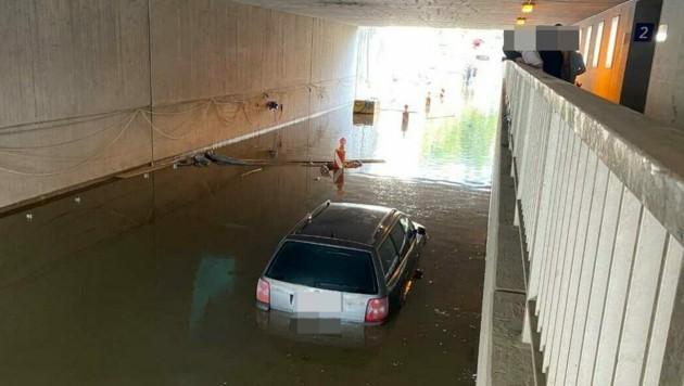 Das Auto steckte im Wasser fest. (Bild: zoom.tirol)