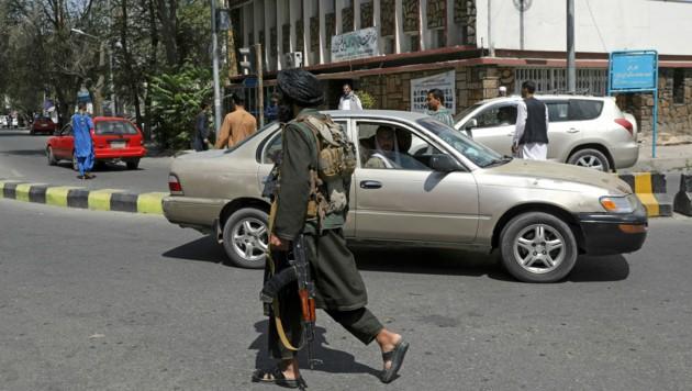 Die Taliban patrouillieren die Straßen der afghanischen Hauptstadt Kabul, wo sie mittlerweile die Kontrolle übernommen haben. (Bild: AP)