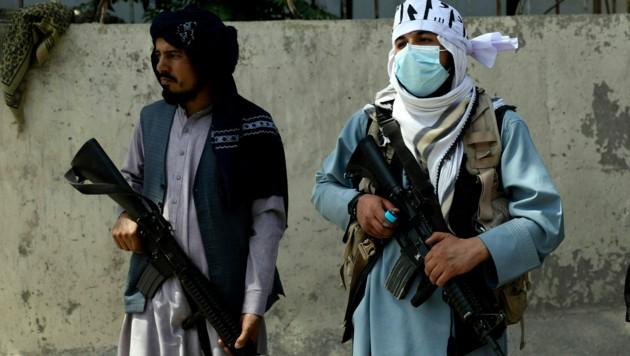 Taliban-Kämpfer bewachen den Präsidentenpalast in der afghanischen Hauptstadt Kabul. (Bild: AP)