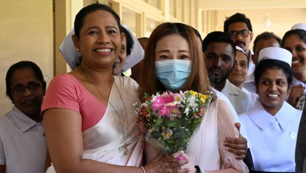 Ministerin Pavithra Wanniarachchi (li.) 2020 mit der ersten Corona-Patientin - eine Touristin aus China (Bild: AFP)