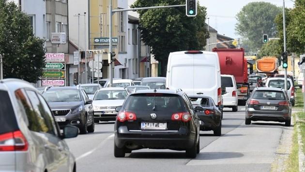 Bis zu 35.000 Fahrzeuge am Tag donnern derzeit täglich durch Deutsch-Wagram nahe Wien. Der Hoffnung der Bürger auf Entlastung durch das S8-Projekt wurde nun ein Dämpfer versetzt. (Bild: P. Huber)