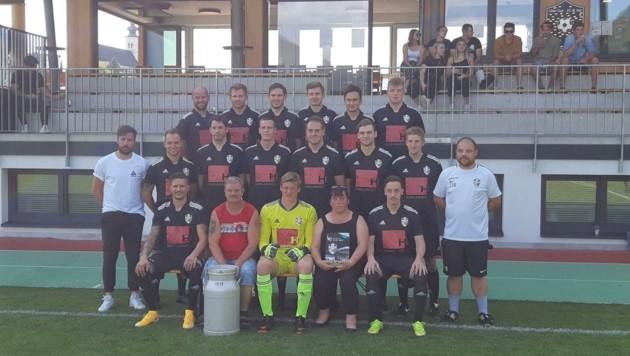 Dirk Bozic (erste Reihe, 2. v. l.) und seine Ute (4. v. l.) kamen aufs St. Veiter Mannschaftsfoto. (Bild: Dirk Bozic Privat)