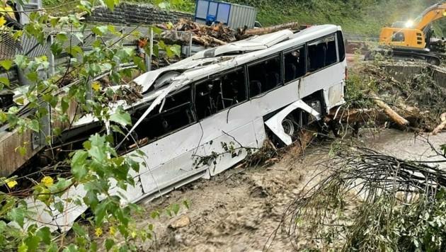 Der Bus konnte nicht aus dem Bach geborgen werden. (Bild: Wasserrettung Salzburg)