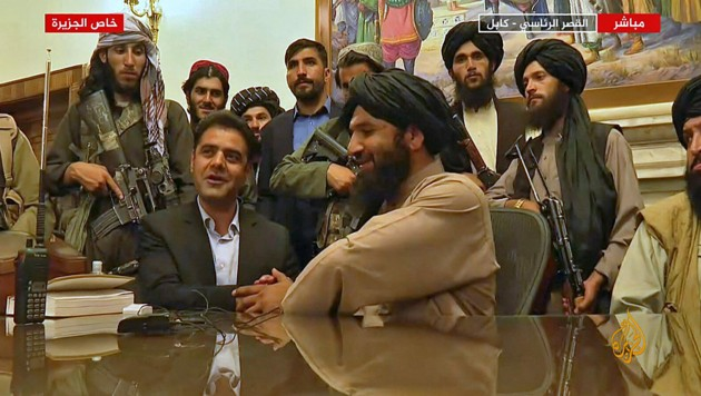 Taliban-Mitglieder im besetzten Präsidentenpalast der afghanischen Hauptstadt Kabul (Bild: AFP)