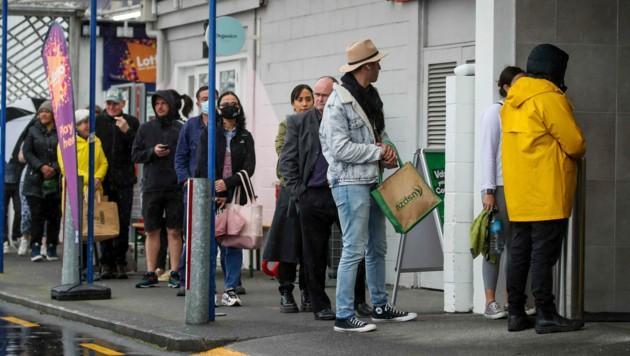 Nach der Verkündung des dreitägigen Lockdowns bildeten sich lange Schlangen vor neuseeländischen Supermärkten, wie zum Beispiel hier in Auckland. (Bild: AP)