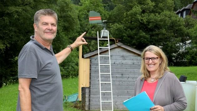 Gesundheitslandesrätin Ulrike Königsberger-Ludwig sicherte die Finanzierung der Messstelle in Lunz am See und besuchte diese mit Pollenwarndienst-Chef Uwe Berger. (Bild: Dr. Anton Heinzl)