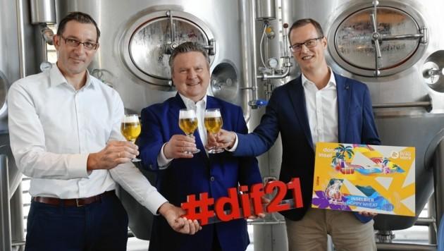V.l.: Braumeister und Geschäftsführer Tobias Frank, Bürgermeister Michael Ludwig (SPÖ) und Geschäftsführer Harald Mayer stoßen auf das Donauinselfest-Bier an. (Bild: Klemens Groh)