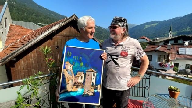 """Der Pfundser Maler Christoph File (links) überreicht Frizzey Greif sein Bild """"Finstermünz"""". (Bild: zVg Greif)"""
