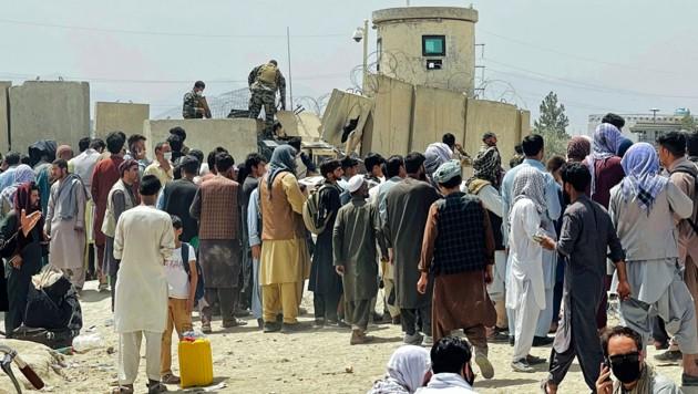 Am Flughafen in Kabul spielten sich unfassbare Szenen ab. (Bild: AP)