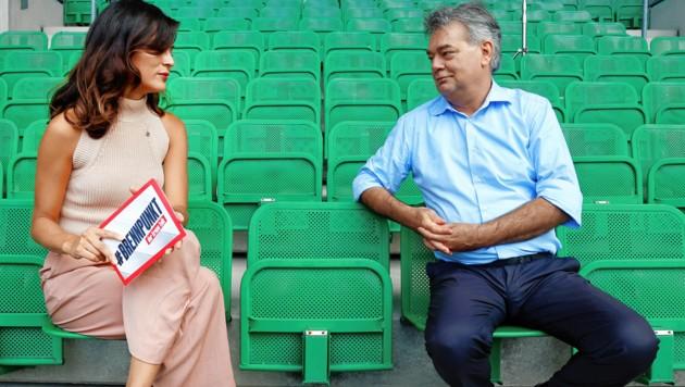 """Vizekanzler Kogler beim """"Krone""""-Sommergespräch mit Katia Wagner im Happel-Stadion ... (Bild: Klemens Groh)"""