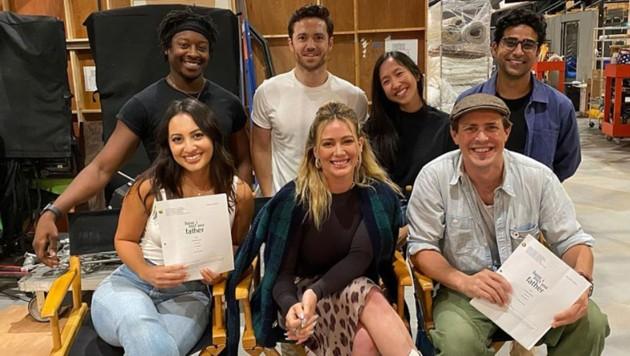 """Hilary Duff (vorne in der Mitte) mit ihren Co-Stars am """"How I Met Your Father""""-Set (Bild: instagram.com/hilaryduff)"""