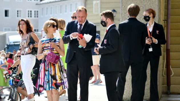 3-G-Kontrolle bei den Salzburger Festspielen: Die bekannten Regeln bleiben aufrecht. (Bild: APA/BARBARA GINDL)