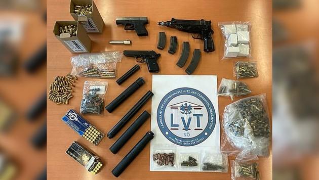 Ermittler konnten unter anderem eine Maschinenpistole, diverse Schalldämpfer und Munition sicherstellen. (Bild: LPD NÖ/LVT, Krone KREATIV)