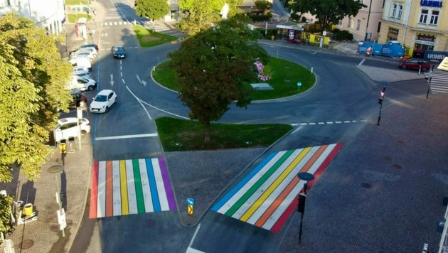 Der Zebrastreifen vor den City Arkaden in Klagenfurt strahlt nun in bunten Farben. (Bild: Stadtpresse Klagenfurt)