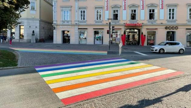 Den ersten Regenbogen-Zebrastreifen in Klagenfurt findet man am Heuplatz. (Bild: Stadtpresse Klagenfurt)