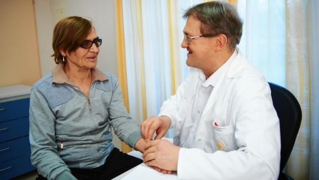 OA Dr. Hochholzer untersucht eine Patientin (noch vor der Maskenpflicht). (Bild: aleksandra pawloff)