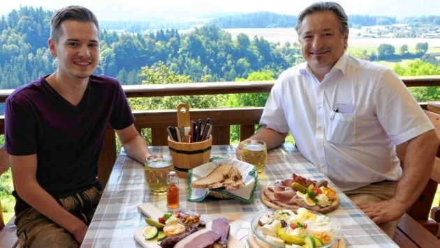 Michael und Johannes Lassnig sorgen für das Wohl der Gäste. (Bild: Dengel Waltraud)