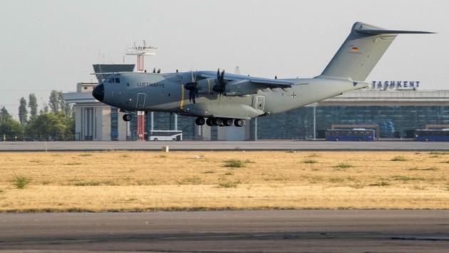 Das Team soll mit einem Flugzeug der Bundeswehr nach Kabul fliegen. (Bild: APA/AFP/BUNDESWEHR/Marc Tessensohn)