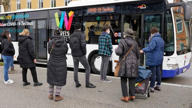 Der Welser Testbus tourt jeden Tag durch die Messestadt (Bild: gewefoto - Gerhard Wenzel)