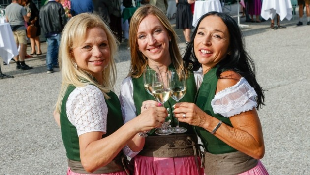 Andrea Lämmerhofer, Sabine Rath und Ulrike Kuternig stoßen auf die Vereinsgründung an. (Bild: Tschepp Markus)
