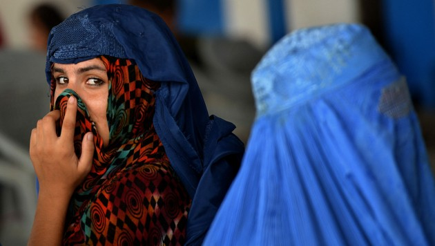 Die Burka kehrt wieder verstärkt in den Alltag der Afghaninnen zurück - freiwillig getragen wird sie aber oft nicht. (Bild: AFP/A MAJEED)