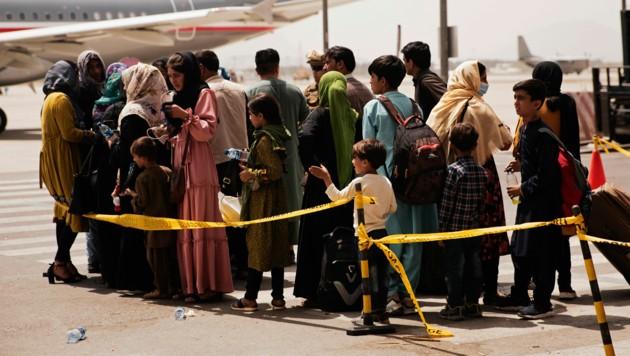 6000 Menschen warten am Flughafen auf ihre Ausreise - sie sind auch offiziell berechtigt dazu. (Bild: AP/Staff Sgt. Victor Mancilla/U.S. Marine Corps)