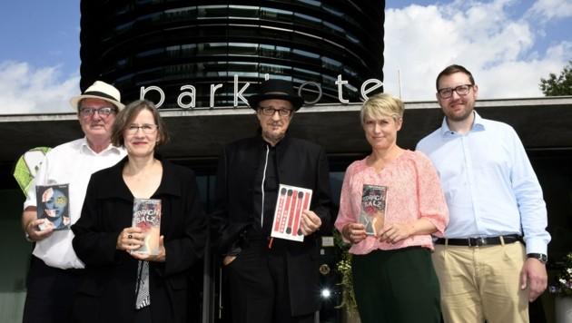 """Das """"Sprachsalz""""-Kernteam: Elias Schneitter, Magdalena Kauz, Heinz D. Heisl, Valerie Besl und Boris Schön (von links). (Bild: Andreas Fischer)"""