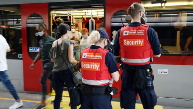 Die Sicherheitskräfte kontrollieren. Maskenverweigerer zahlen 50 Euro Strafe. (Bild: Klemens Groh)